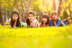 Barn som har bubblagyckel Royaltyfria Foton