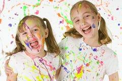Barn som har gyckel Arkivfoto