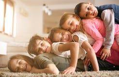 Barn som har gyckel hemma royaltyfri fotografi