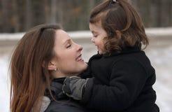 Barn som har gyckel med hennes moder Royaltyfri Fotografi
