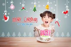 Barn som har gyckel på partiet för nytt år med kakan och stearinljuset 2017 Arkivbild