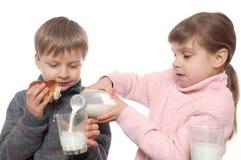 barn som har lunch Arkivbilder