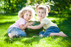 barn som har picknicken Arkivbilder