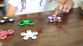 Barn som har rolig det fria med spinnaren, ultrarapid Ung caucasian flickavisningexpertis, genom att snärta spinnare med stock video