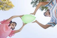 Barn som har roligt det friabegrepp royaltyfria bilder