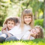 Barn som har roligt utomhus Royaltyfria Foton