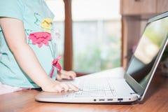 Barn som hemma använder bärbara datorn Arkivfoton
