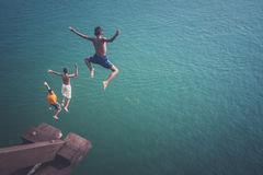 Barn som hoppar in i floden Royaltyfria Foton