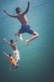 Barn som hoppar in i floden i Thailand Fotografering för Bildbyråer