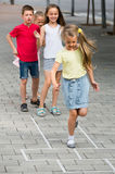 Barn som hoppar over hoppa hage Royaltyfria Foton
