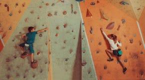 Barn som inomhus klättrar Royaltyfri Foto