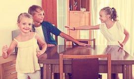 Barn som jagar andra ungar för att märka eller trycka på dem Royaltyfri Foto