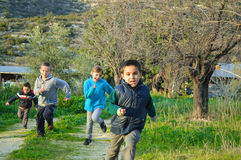 Barn som kör ett lopp i vildmarken Royaltyfria Bilder