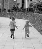 Barn som kör ett lopp i vildmarken Arkivbilder