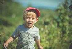 Barn som kör lyckligt Arkivfoton