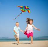 Barn som kör på strandbegreppet Fotografering för Bildbyråer