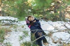 Barn som kastar snöbollar Arkivbilder