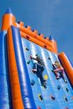 barn som klättrar två Arkivfoton