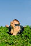 barn som kopplar av utomhus att sova Arkivbild