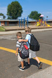 barn som korsar gatan Royaltyfria Bilder