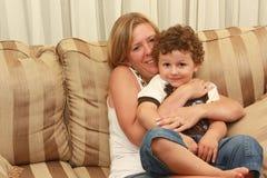 barn som kramar kvinnan Royaltyfria Foton