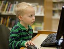Barn som lär på datoren royaltyfri foto