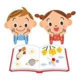 Barn som läser en bok Arkivbild