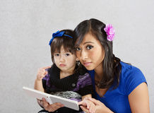 barn som läser till Royaltyfria Foton