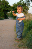 barn som långt ser Fotografering för Bildbyråer