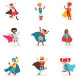 Barn som låtsar för att ha iklädda Superherodräkter för toppen överhet med uddar och maskeringsuppsättningen av att le tecken vektor illustrationer