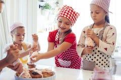 Barn som lagar mat i kök fotografering för bildbyråer