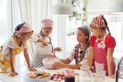 Barn som lagar mat i kök arkivbilder