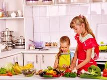 Barn som lagar mat på kök Arkivfoto