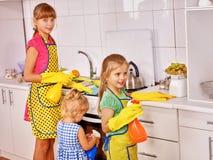 Barn som lagar mat på kök Arkivbild