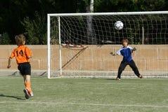 barn som leker fotboll Fotografering för Bildbyråer