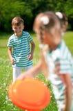 Barn som leker frisbeen Fotografering för Bildbyråer