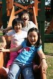 barn som leker glidbanan Arkivfoton