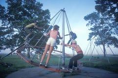 Barn som leker i en park royaltyfria bilder