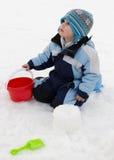 Barn som leker i snow Arkivfoto
