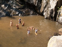 Barn som leker i vatten Arkivbilder
