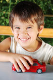 Barn som leker med bilar, toys utomhus- i sommar Arkivbilder