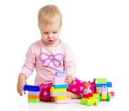 Barn som leker med färgglada toys Royaltyfri Bild