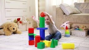 Barn som leker med konstruktionsblock stock video
