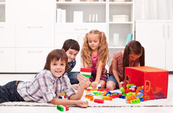 Barn som leker med kvarter Royaltyfri Foto