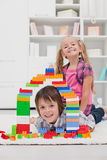 Barn som leker med kvarter Royaltyfri Bild