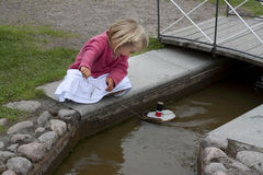 Barn som leker med toyfartyget royaltyfri foto