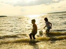 Barn som leker på strand Arkivfoto