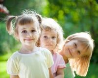 Barn som leker picknicken fotografering för bildbyråer