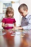 barn som leker pussel fotografering för bildbyråer