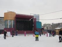 barn som leker snow Arkivbild